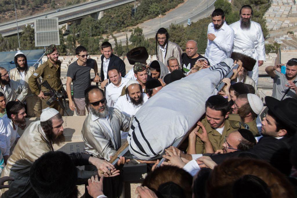 Les amis et la famille portent le corps d'Aharon Banita lors de ses funérailles au cimetière de Har HaMenuhot à Jérusalem le 4 octobre 2015. Banita a été poignardé à mort par un jeune Palestinien dans une attaque terroriste dans la Vieille Ville le 3 octobre 2015 (Crédit :  Yonatan Sindel / Flash90)