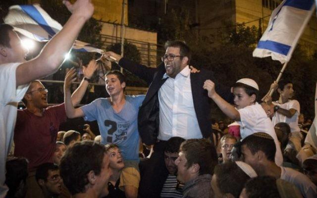 Le membre de la Knesset et du Likid Hazan Oren danse avec les manifestants du conseil de Samarie lors d'une manifestation devant la résidence du Premier ministre à Jérusalem le 5 octobre 2015 (Crédit : Hadas Parush / Flash90)