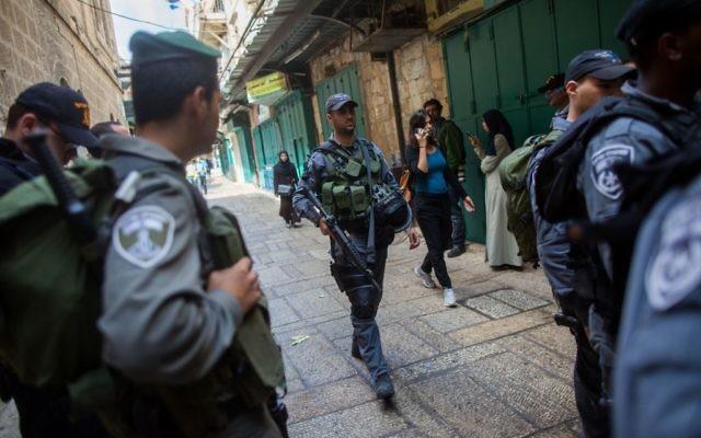 Les forces de sécurité israéliennes patrouillant près de la porte du Lion de la Vieille Ville de Jérusalem le 7 octobre 2015 (Crédit : Yonatan Sindel / Flash90)