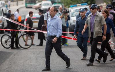 Le maire de Jérusalem, Nir Barkat, sur les lieux d'une attaque au couteau à une station de tramway, à Jérusalem, le 8 octobre 2015. (Crédit : Yonatan Sindel/Flash90)