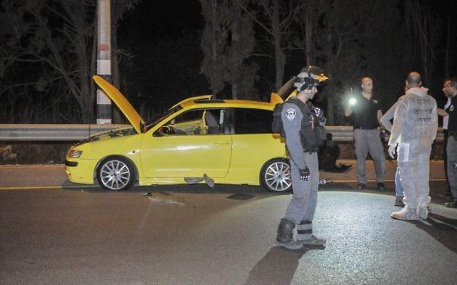 La police inspectent les lieux de l'attaque au couteau au carrefour de Gan Shmuel sur la route 65, au nord d'Israël, le 11 octobre 2015. Une soldate a été grièvement blessée, et trois autres personnes légèrement blessés (Crédit : Flash90)