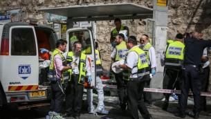 Le site d'une attaque où un terroriste a percuté sa voiture dans piétons et a poignardé au moins 5 personnes, en en tuant un, sur la rue Malchei Yisrael, à Jérusalem. le 13 octobre 2015. (Crédit : Hadas Parushl / FLASH90)