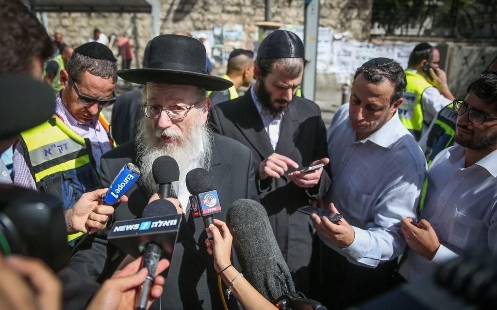 Yaakov Litzman sur le site d'une attaque où un terroriste a percuté sa voiture dans piétons et a poignardé au moins 5 personnes, en en tuant un, sur la rue Malchei Yisrael, à Jérusalem. le 13 octobre 2015. (Crédit : Hadas Parushl / FLASH90)