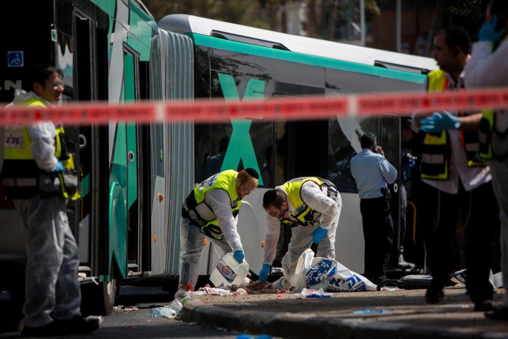 Le site d'une attaque terroriste dans le quartier Armon Hanatziv à Jérusalem, qui a fait trois morts et 16 blessés, le 13 octobre 2015. (Crédit : Yonatan Sindel/Flash90)