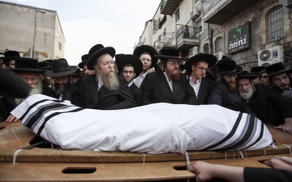 Des milliers de personnes assistent à l'enterrement de Yeshayahu Kirshavski à Beit Israël, le 13 octobre 2015 (Crédit : Flash 90)