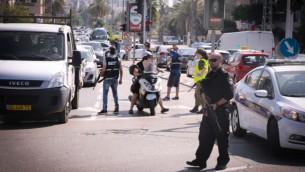 Des soldats et des policiers de Tsahal bloquent une route près des tours Azrieli à Tel Aviv pendant que la police cherchait deux suspects Jérusalem-Est, 15 octobre 2015 (Crédit : Flash90)