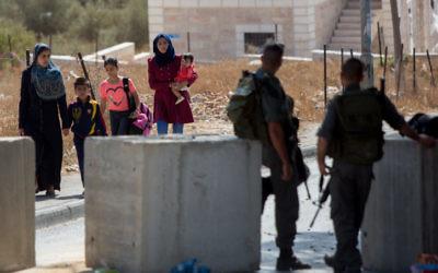 Les agents de la police des frontières israéliennes surveillent un point de contrôle dans le quartier de Jabel Mukaber à Jérusalem-Est, le 15 octobre 2015 (Crédit photo : Yonatan Sindel / Flash90)
