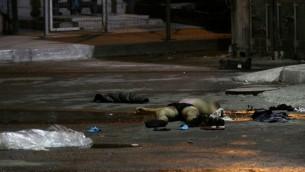 La dépouille du terroriste à la gare routière de Beer Sheva, après une attaque le 18 octobre 2015 (Crédit :  Meir Même Haim / Flash90)