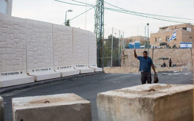 Cinq des six dalles de béton placées entre les quartiers d'Armon Hanatziv (juif) et  Jabel Mukaber (arabe) de Jérusalem , le 18 octobre 2015. Au premier plan, des blocs de béton à l'entrée de Jabel Mukaber (Crédit : Yonatan Sindel / Flash90)