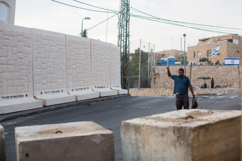 Cinq des six dalles de béton placées entre les quartiers d'Armon Hanatziv (juif) et  Jabel Mukaber (arabe) de Jérusalem de (juive), le 18 octobre 2015. Au premier plan, des blocs de béton à l'entrée de Jabel Mukaber (Crédit : Yonatan Sindel / Flash90)