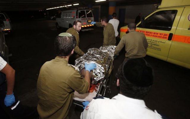 Une ambulance amène un soldat israélien blessé à l'hôpital Shaarei Tzedek à Jérusalem le 21 octobre 2015 après une attaque à la voiture-bélier près de Beit Ummar. (Crédit : Yonatan Sindel / Flash90)