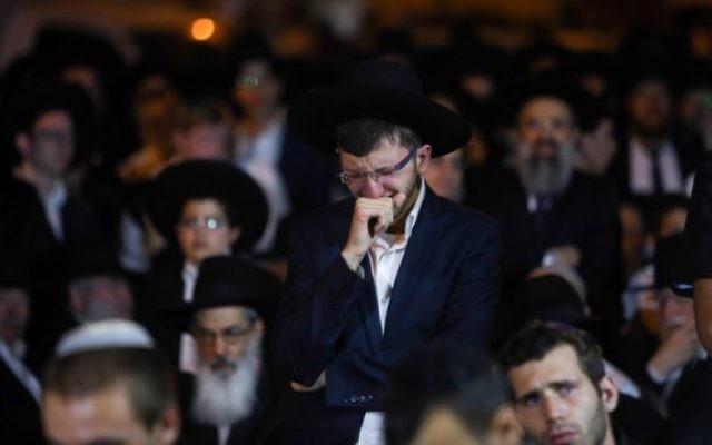 Une homme ultra-orthodoxe lors de l'hommage au rabbin Haim Rothman à Har Nof, Jerusalem, le 24 octobre 2015. (Crédit : Yonatan Sindel/FLASH90)