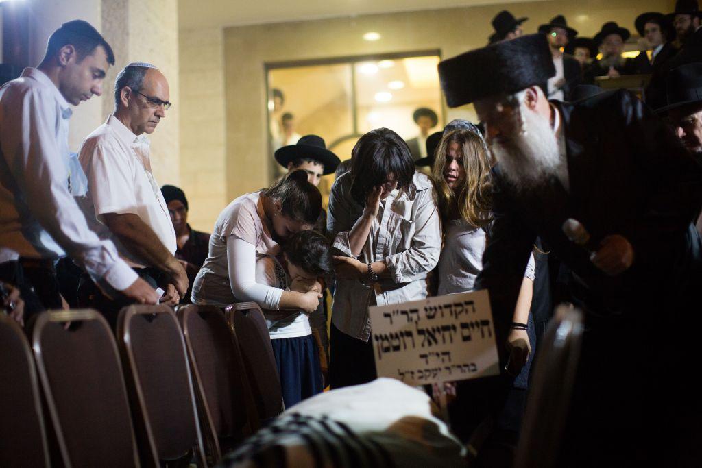 Lors des funérailles de Haim Rothman, victime de l'attaque terroriste de Har Nof en novembre dernier. (Crédit : Yonatan Sindel/Flash90)