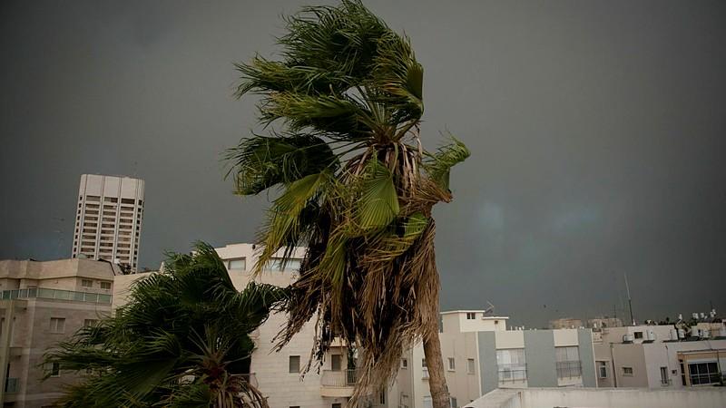 De fortes pluies, des vents forts et un orage frappant Tel Aviv, le 25 octobre 2015 (Crédit : Ben Kelmer / FLASH90)