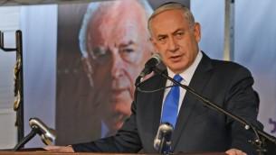 Le Premier ministre Benjamin Netanyahu lors d'un service commémoratif le 26 octobre 2015 pour marquer les 20 ans de l'assassinat de l'ancien Premier ministre, Yitzhak Rabin (Crédit : Haim Zach / GPO)