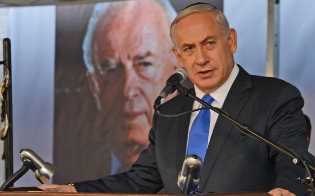 Le Premier ministre Benjamin Netanyahu pendant le service commémorant les 20 ans de l'assassinat de l'ancien Premier ministre Yitzhak Rabin,  le 26 octobre 2015. (Crédit : Haim Zach/GPO)
