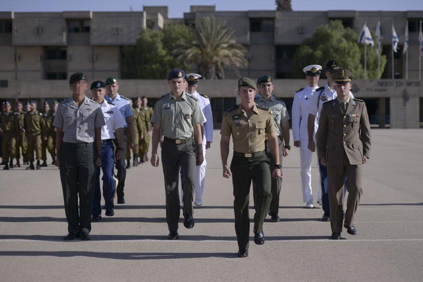 Douze représentants des sept armées du monde entier qui ont complété neuf semaines de formation des officiers de l'armée israélienne, le 21 octobre 2015 (Crédit : Unité de Hadar Ben-Simon / Porte-parole de l'Armée israélienne)