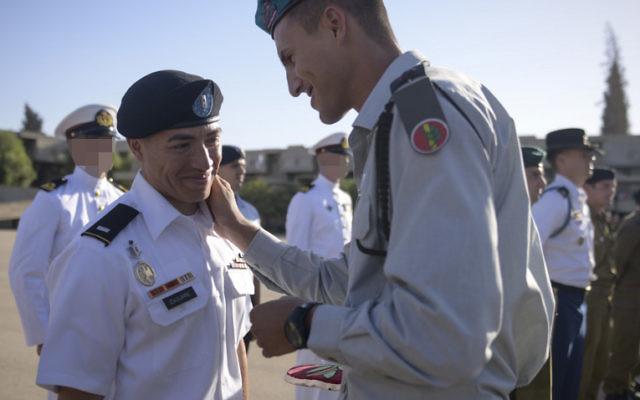 Le 1er lieutenant Mauricio Jésus Izaguirre de l'armée américaine qui suit un stage de formation des officiers de l'armée israélienne à l'extérieur de Mitzpe Ramon, le 21 octobre 2015 (Crédit : Unité de Hadar Ben-Simon / porte-parole de Tsahal)