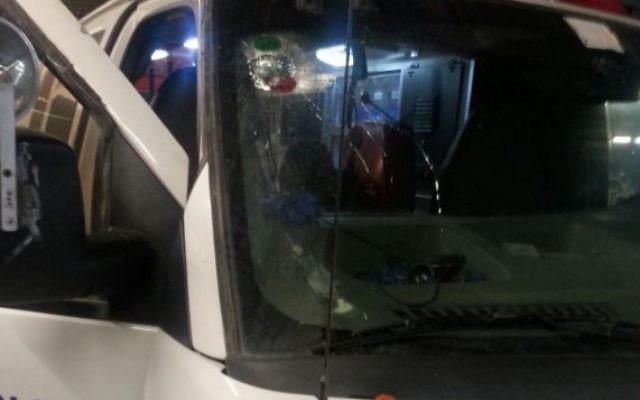 Une ambulance a subi des dommages après avoir été la cible de jets de pierres près de Hébron le 3 octobre, 2015. (Crédit : MADA)