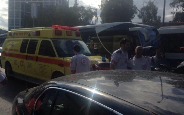 Les ambulances sur les lieux d'une au couteau dans le centre de Tel Aviv, le 8 octobre 2015 (Crédit : MDA)