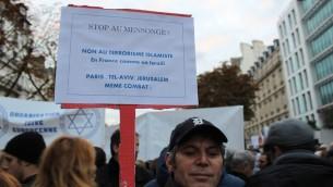 Un manifestant au rassemblement organisé par l'UEJF pour soutenir Israël durant la vague de terreur, à Paris, le 18 octobre 2015 (Crédit : Glenn Cloarec/Times of Israel)