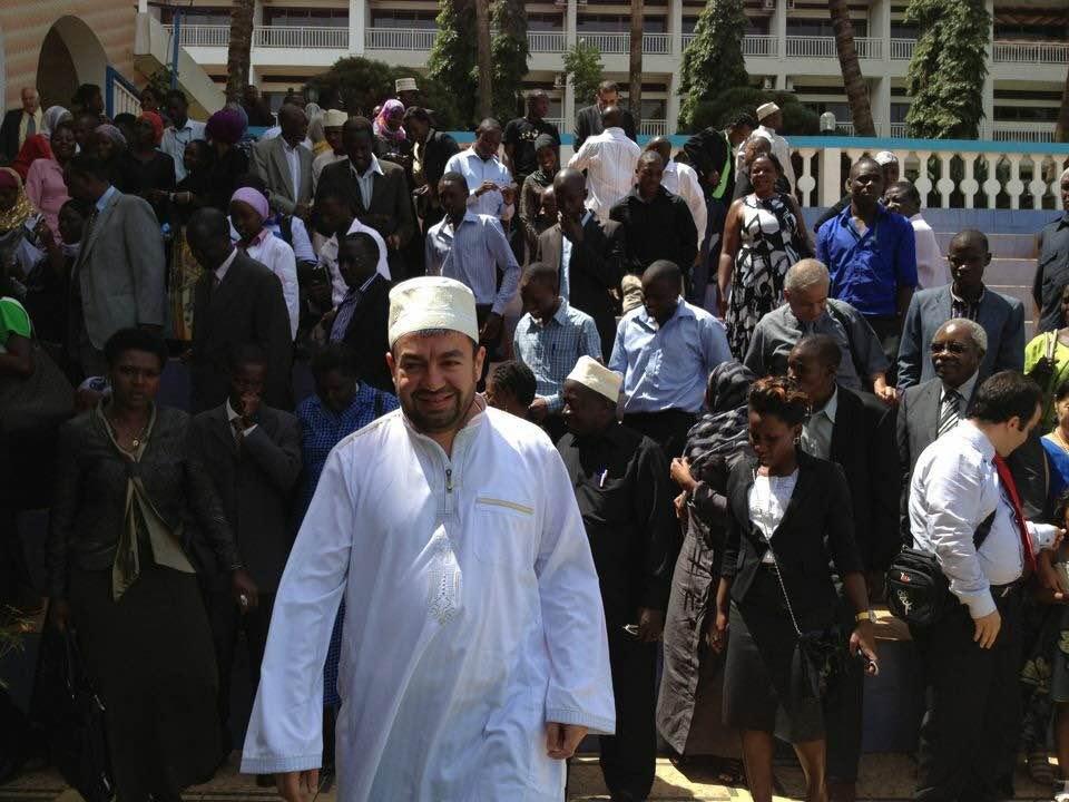 Abdullah Antepli, en habit traditionnel d'Afrique de l'Est, après avoir donné une conférence en Ouganda à un groupe de militants et de chercheurs interconfessionnels (Crédit : Autorisation)