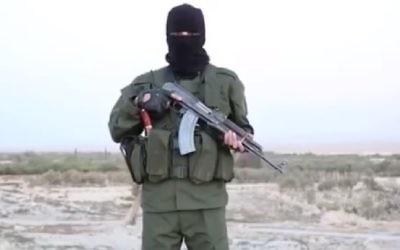 Image extraite d'une vidéo de l'Etat islamique en hébreu mettant en garde les Israéliens que  « pas un seul Juif ne sera laissé en vie » en Israël, en octobre 2015 (Capture d'écran YouTube)