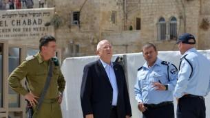 Reuven Rivlin (milieu) accompagné du chef de la police du district de Jérusalem, Moshe Edry (à sa gauche) le 8 octobre 2015 (Crédit : Kobi Gidon/GPO)