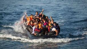 Un canot transportant des réfugiés débarque sur une plage de l'île de Lesbos au nord de la Grèce (Crédit : Boaz Arad/IsraAID)
