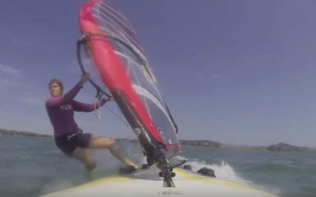 La surfeuse israélienne, Maayan Davidovich, (Crédit : YouTube / Sivan Davidovich)
