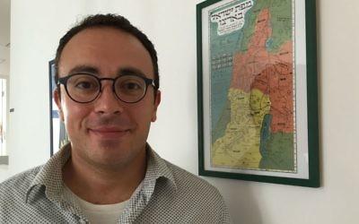 Mark Halawa, né au Koweit, est un réfugié palestinien qui a retrouvé ses racines juives et est aujourd'hui un Juif pratiquant de Jérusalem. (Crédit : Amanda Borschel-Dan/Times of Israël)
