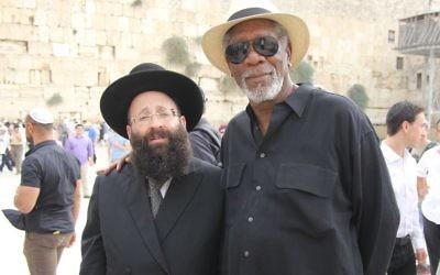 Morgan Freeman avec le rabbin du mur Occidental, Shmuel Rabinowitz, lors d'une visite sur le site le 25 octobre 2015. (Crédit: Autorisation du Western Wall Heritage Foundation)