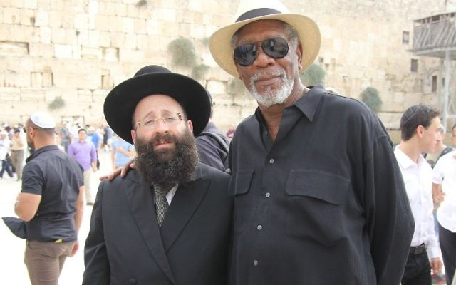 Morgan Freeman avec le rabbin du mur Occidental, Shmuel Rabinowitz, lors d'une visite sur le site le 25 octobre 2015. (Crédit :  Autorisation du Western Wall Heritage Foundation)