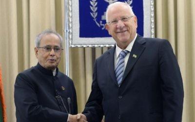 Le président indien Pranab Mukherjee (à gauche) rencontre le président Reuven Rivlin lors de la première visite officielle en Israël d'un chef d'Etat indien, le 14 octobre 2015. (Crédit : Mark Neyman/GPO)