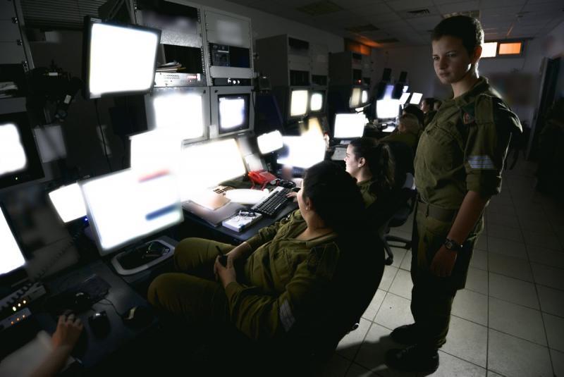 Les soldats de Tsahal surveillant la frontière avec la bande de Gaza à partir d'un centre de commandement à proximité (Crédit : Unité de Gadi Yampel / porte parole de l'armée israélienne)