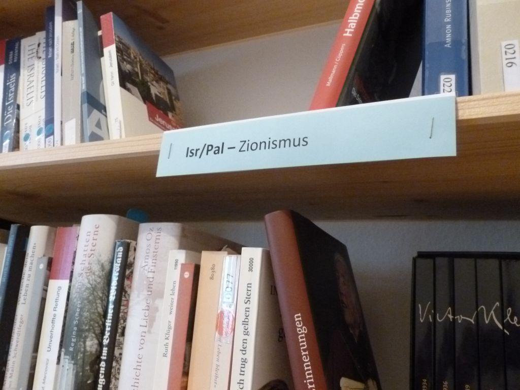 Des livres sur le sionisme au siège de Kiga à Berlin (Crédit : Miriam Dagan / Times of Israël)