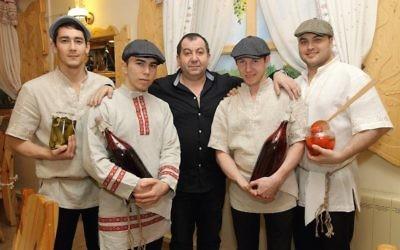 Pinhas Slobodkin, au centre, avec le personnel lors d'un événement à Moscou en 2014. (Crédit :  Slobodkin)