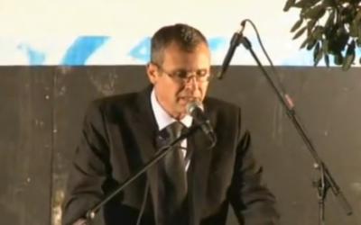 Yariv Levin devant la résidence du Premier ministre s'adresse à une foule de manifestants de droite, le 5 octobre 2015 (Crédit : capture d'écran)