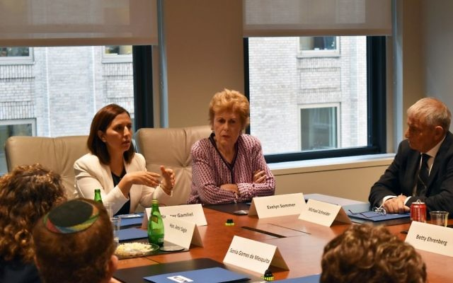 (G à D) chef des programmes de WJC : Sonia Gomes de Mesquita; la présidente d'Amérique du Nord du WJC : Evelyn Sommer; et la ministre de l'Egalité sociale d'Israël : Gila Gamliel (Crédit  : Autorisation WJC)