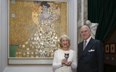 """Helen Mirren, l'actrice oscarisée, et le président du Congrès juif mondial, Ronald S. Lauder, en face du célèbre """"Portrait d'Adèle Bloch-Bauer I"""",  surnommé « La Femme en or » (Crédit : Shahar Azran)"""