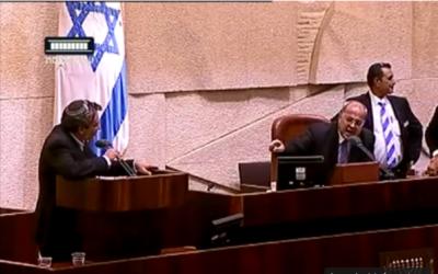 Zeev Elkin et Ahmed Tibi lors d'un débat à la Knesset le 21 octobre 2015 (Crédit : Capture d'écran YouTube)
