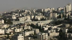 Vue d'Abu Dis vu et  de la barrière de sécurité (Crédit photo: Kobi Gideon / Flash90)