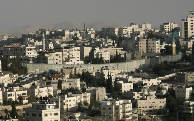Vue d'Abou Dis vu de la barrière de sécurité (Crédit photo: Kobi Gideon / Flash90)