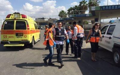 Une équipe du Magen David Adom arrive sur les lieux d'une tentative d'attaque au couteau dans la station centrale d'autobus d'Afula, le vendredi 9 octobre 2015  (Photo: Autorisation / Magen David Adom)