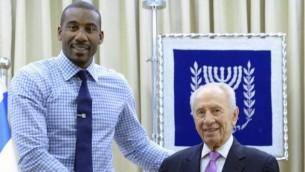 La star de la NBA Amar'e Stoudemire et Shimon Peres à Jérusalem en juillet 2013. (Crédit : Shimon Peres Facebook page)