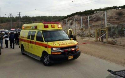 Une ambulance sur les lieux d'une attaque au couteau au checkpoint Gevaot dans le Gush Etzion, où un soldat de Tsahal de20 ans a été poignardé le vendredi 23 octobre 2015. Le terroriste a été meutralisé (Photo: Magen David Adom)