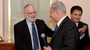 L'ancien conseiller à la sécurité nationale Yaakov Amidror avec le Premier ministre Benjamin Netanyahu lors d'une cérémonie d'adieu en l'honneur d'Amidror, le 3 novembre 2013 (Crédit photo: Kobi Gideon / GPO / Flash90)