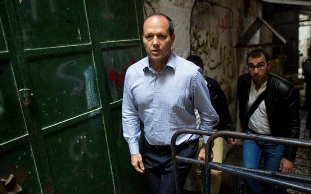 Le maire de Jérusalem, Nir Barkat, dans le quartier musulman de la Vieille Ville de Jérusalem, à la suite d'une attaque terroriste où une terroriste palestinienne a poignardé un Israélien près de la Porte des Lions le 7 octobre 2015 (Crédit photo: Yonatan Sindel / Flash90)