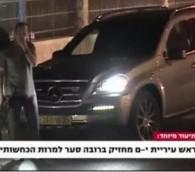 """Une capture d'écran de la Première chaîne israélienne montre le maire de Jérusalem Nir Barkat, avec une arme. La légende dit, """"Le maire de Jérusalem porte un fusil d'assaut, malgré ses dénégations"""""""