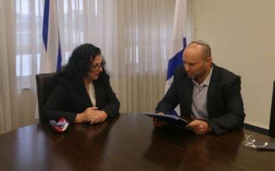 Le ministre de l'Éducation Naftali Bennett démissionne de son siège de député, le 7 octobre 2015 (Photo: Autorisation / Pore parole du parti HaBayit HaYehudi)